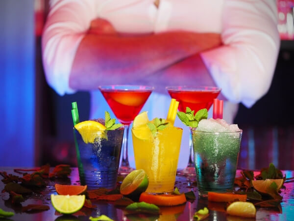 Bartender_with_cocktails